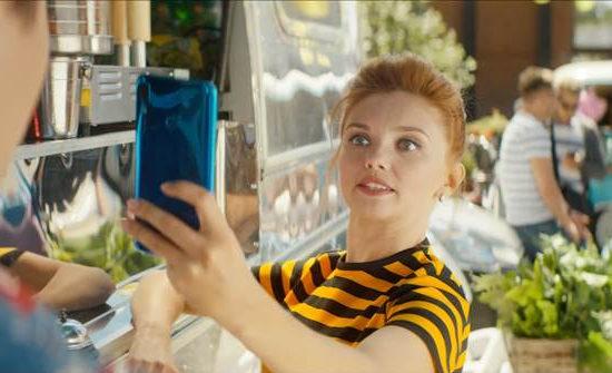 Новый смартфон в руках Оли Кузьминой — наполовину твой!