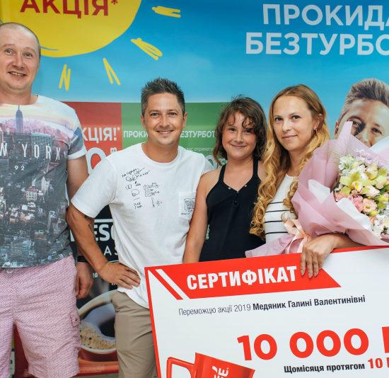 «Мы с мужем не сразу поверили, что главный приз достался именно мне»: Александр Педан вручил сертификат на 10 тысяч гривен на 10 лет от NESCAFÉ